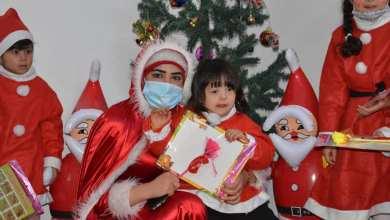 الناشطة العراقية شيماء العباسي مع الأطفال