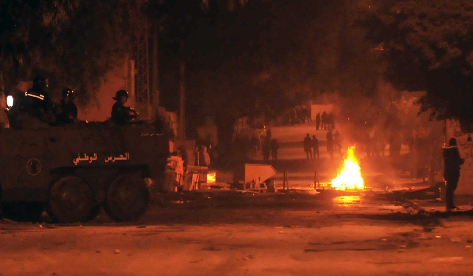 احتجاجات في عدة مدن تونسية ومواجهات مع قوات الأمن