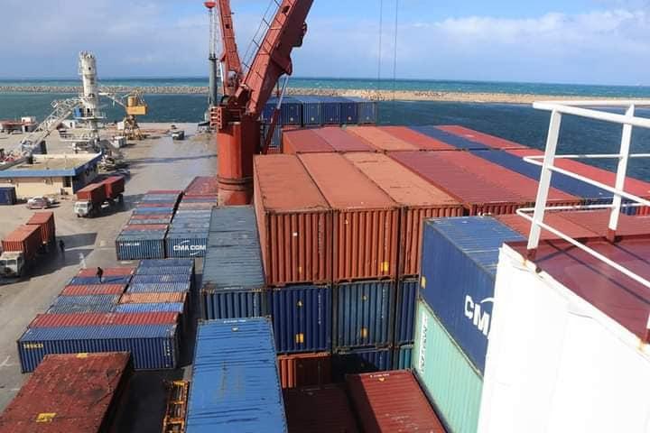 """ميناء بنغازي البحري.. وصول """"5"""" سفن تجارية على متنها أكثر من 700 حاوية بضائع"""