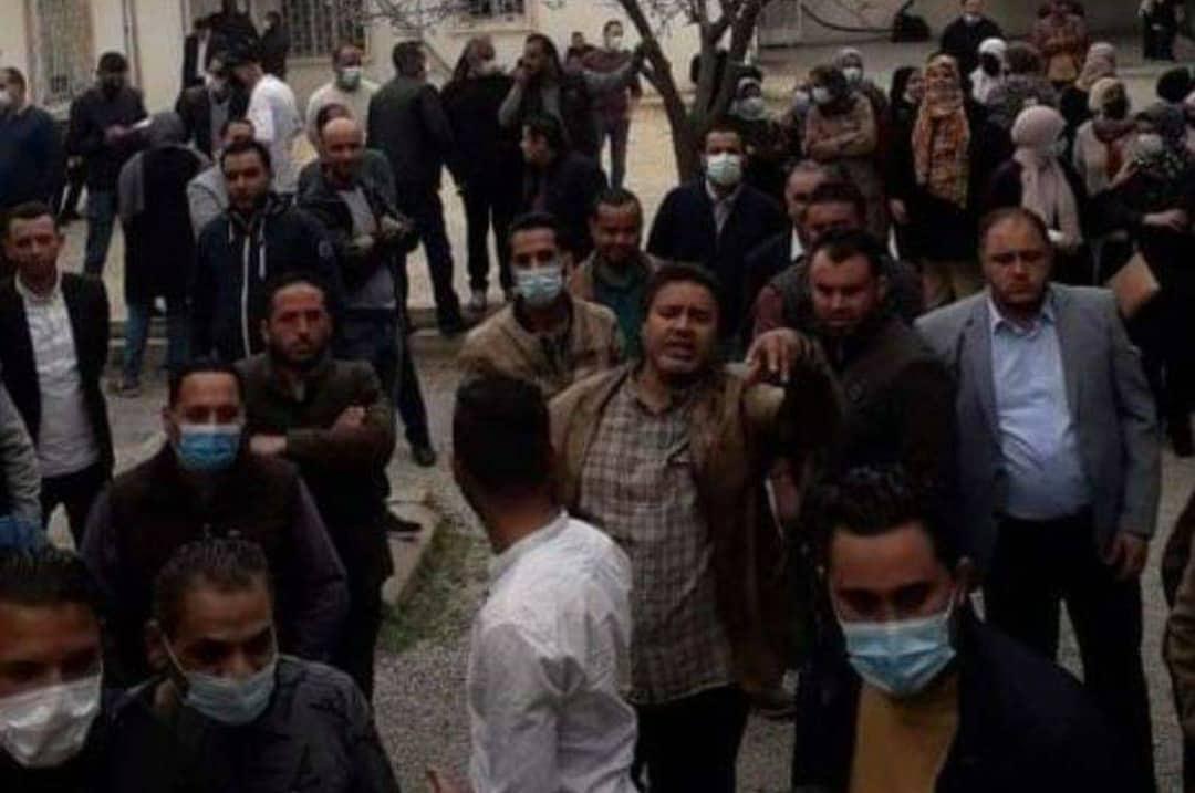 المعتصمون من موظفي مصلحة الضرائب في باب بن غشير قبل هجوم التشكيل المسلح عليهم