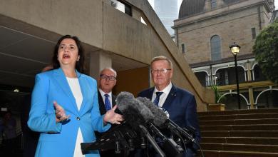 """مؤتمر صحفي لرئيس اللجنة الأولمبية الأسترالية جون كواتس ورئيس وزراء كوينزلاند أناستاسيا بالاشتشوك -""""رويترز"""""""