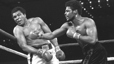 الملاكم ليون سبينكس يوجه ضربة للملاكم محمد علي كلاي ويهزمه في أول لقاء بينهما -1976