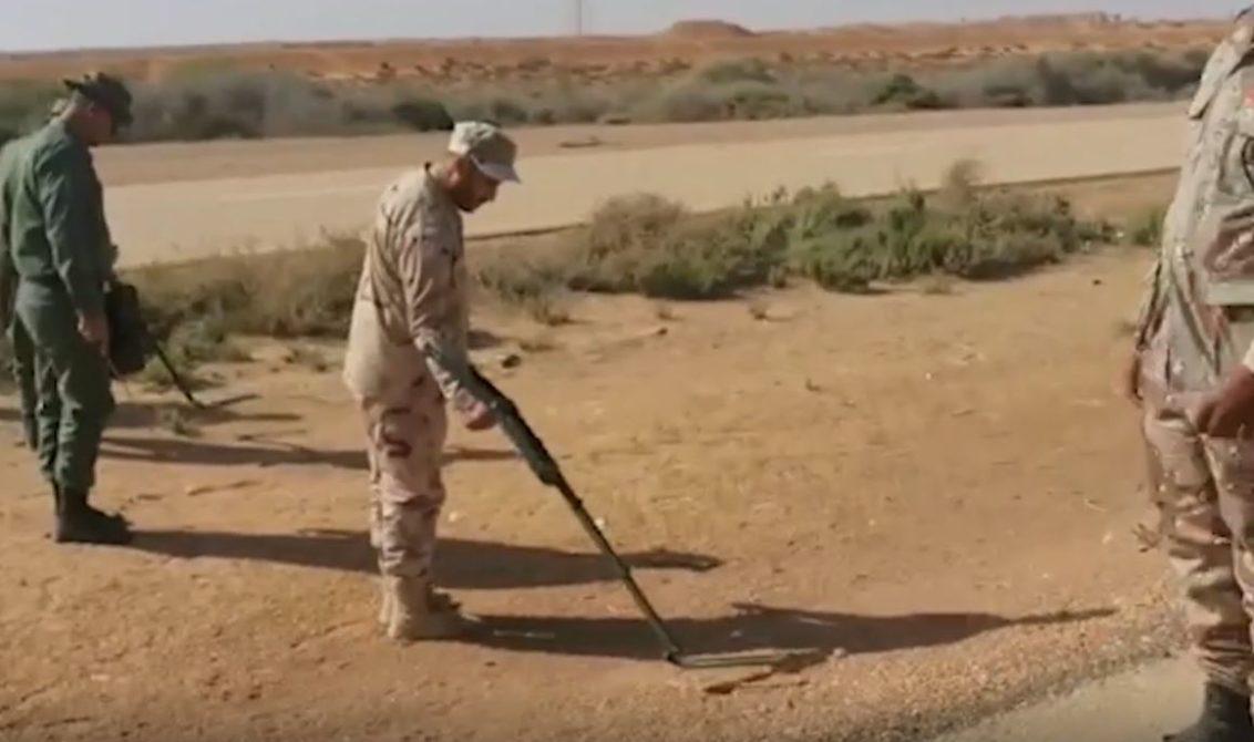فريق هندسة تابع للجنة العسكرية 5+5 لنزع الألغام من الطريق الساحلي