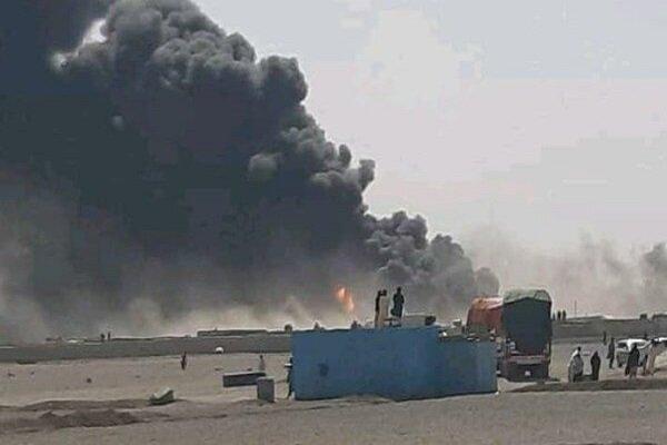 """رجال الإطفاء في إيران يخمدون حريقاً شب في """"3"""" خزانات وقود على الحدود مع أفغانستان"""