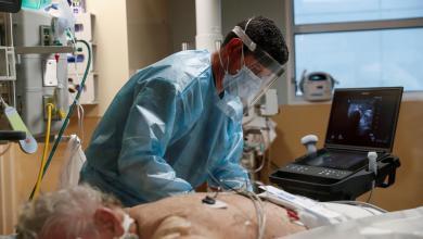 مصاب بكورونا يتلقى العلاج في وحدة العناية المركزة بمستشفى ساراسوتا -ساراسوتا ، فلوريدا – أرشيفية رويترز