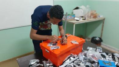 """شاب من فريق """"مايند تيك"""" في هون يستعد للمشاركة في بطولة ليبيا للروبوت"""