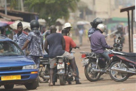 *L-Frii* : Togo : des policiers arrêtent un autre policier roulant à moto et lui collent 10 000 Fcfa de contravention