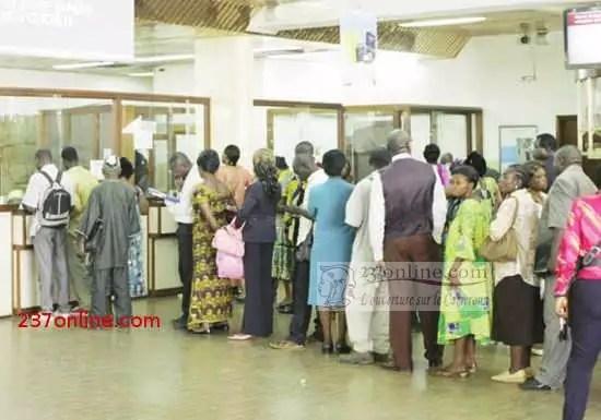 Des fonctionnaires touchant leur salaire