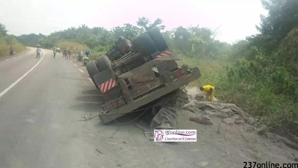 Cameroun: en 5 min, la population vole tout le ciment d'un semi-remorque victime d'accident
