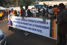 Photo of Les camerounais manifestent pour dire NON à Macron (Photos)
