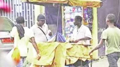 Photo of Petits métiers: Sur les traces d'un vendeur ambulant de « soya »