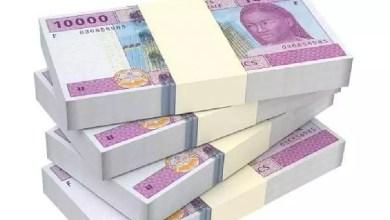 Des liasses de billets de dix milles francs