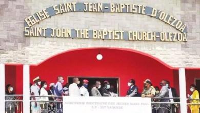 Joseph Beti Assomo fait un don à l'église
