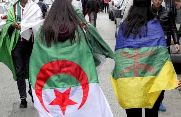 Deux manifestantes portant le drapeau algérien et amazigh