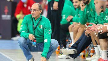 """Le sélectionneur de l'équipe algérienne de handball, Alain Portes, veut """"poursuivre l'aventure"""" avec le Sept national, après sa participation au Mondial 2021 en Egypte. Son ambition est de """"construire et structurer une relève durable"""" pour le handball algérien"""