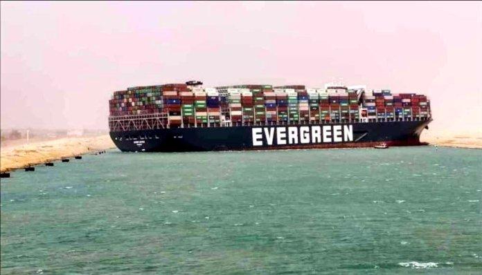 Un porte-conteneurs géant, l'Ever Given, s'est retrouvé en travers du canal de Suez mardi lors d'une tempête de sable, et obstrue depuis l'une des voies navigables les plus fréquentées du monde.