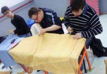 """Les petites mains de l'association """"Trisomie Aldjazair"""", confectionnent des sacs pour un projet solidaire"""