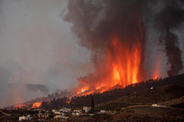 Eruption volcanique aux Canaries: beaucoup de maisons détruites par la lave, 5.000 évacuations