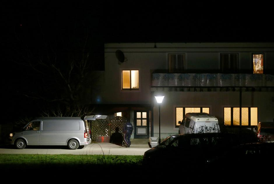 Coffins ans a hearse stand in front of a house where six people were found dead in Boeheimkirchen | Autor: LEONHARD FOEGER