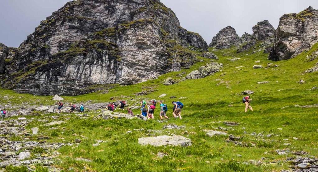Wanderer auf dem Weg zur Wildseelücke Pizol
