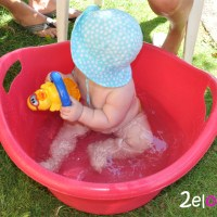 El bebé, el sol y el baño al aire libre