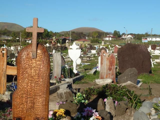 Kreuz und Vogelmann auf dem Friedhof von Hanga Roa