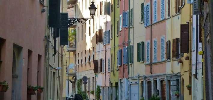 Gasse mit bunten Häusern in Parma