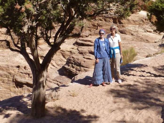 Victoris und Gina stehen unter einem Baum in der Felslandschaft