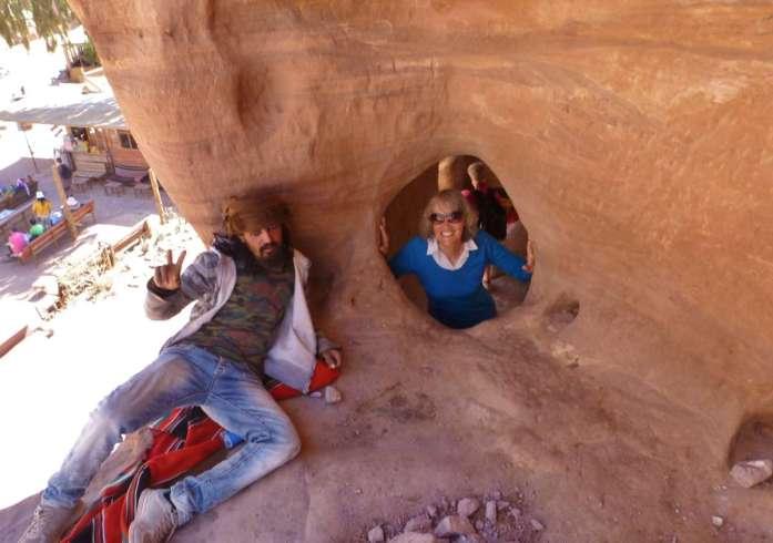 Beduine liegt an Felskante, Gina schaut durch Loch in der Felswand