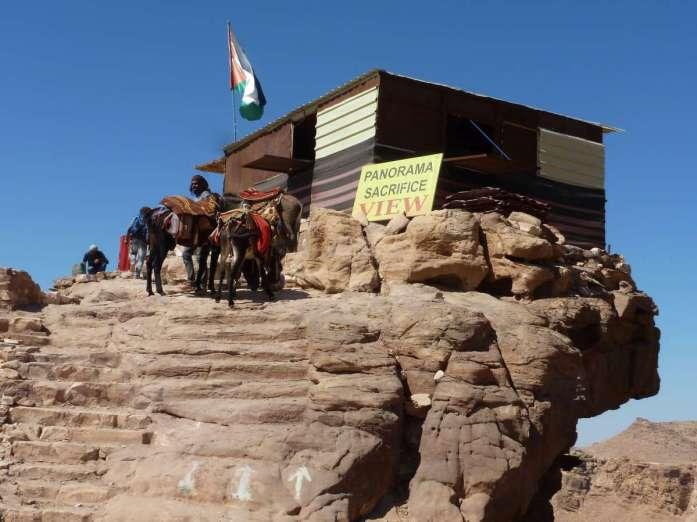 Hütte auf Felsvorsprung