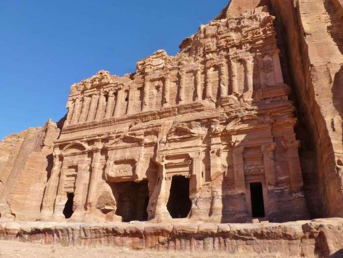große Fassade eines Königsgrabs in Petra