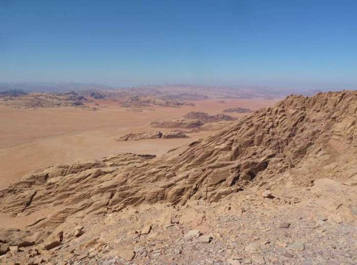 Blick über Felsberge und Wüstenebene