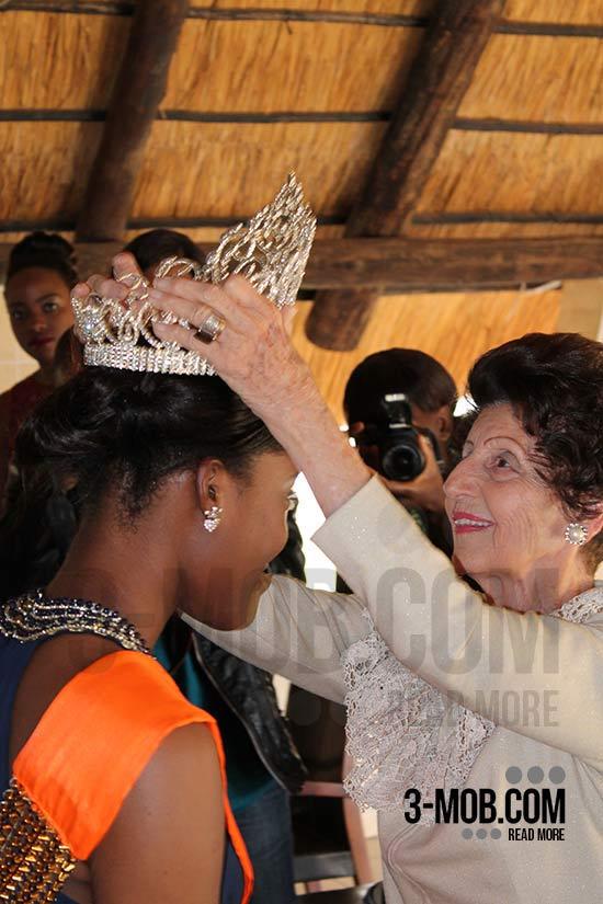 Miss World Zimbabwe Annie-Grace Mutambu crowned by Kiki Divaris PIC: Michael Shoko/3-mob.com