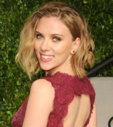 Scarlett Johansson avec les cheveux blonds au carré