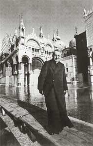 Il cardinale Albino Luciani attraversa piazza San Marco invasa dall'acqua alta