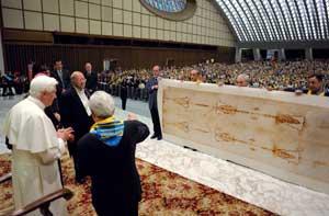Papst Benedikt XVI. wird von der Diözese Turin eine lebensgroße Kopie des Grabtuches geschenkt (437 cm lang,  111  cm hoch), Aula Paolo VI, 2. Juni 2008.
