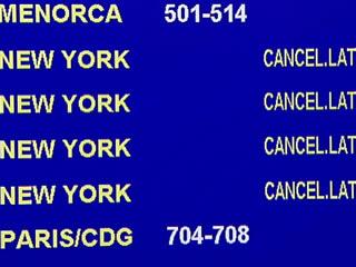 Un panell mostra vols amb destinació a Nova York cancel·lats..