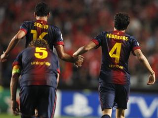 Cesc i Busquets celebren el segon gol, amb Puyol de fons. (Foto: Reuters)