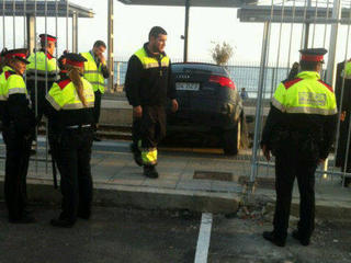 Agents dels Mossos retirant el vehicle de la via del tren. (Foto: @emergencies)