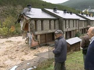 Cases destrossades pel riu a Castiello de Jaca, a Osca.