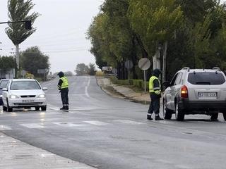 Controls de la Guàrdia Civil a la pedania d'Albacete d'El Salobral. (Foto: EFE)