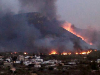 Una imatge de l'incendi que afecta la comarca dels Serrans (Foto: ACN)