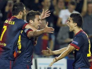 Els jugadors feliciten Jordi Alba després del gol del triomf. (Foto: EFE)