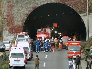 Equips de rescat a l'entrada del túnel esfondrat (Foto: Reuters)