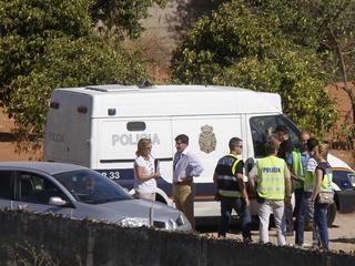 La policia a la finca recull mostres a Las Quemadillas (Foto: EFE)