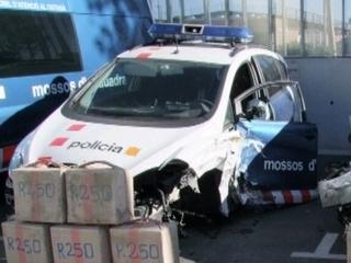 El cotxe de la policia va quedar abonyegat per la topada amb el vehicle del fugitiu