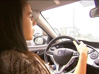 Una noia fa pràctiques de conducció