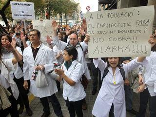 Protesta del sector farmacèutic a les portes d'Economia (Foto: EFE)