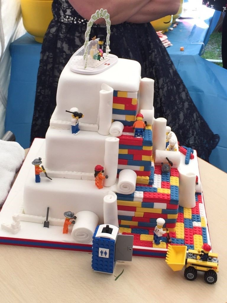Top 10 most outrageous wedding cakes   32Red The Lego cake