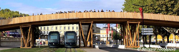 2 tramways sous le pont des Quinconces